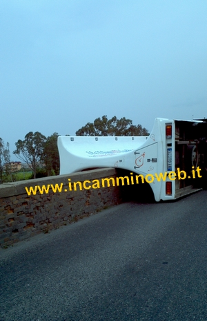 SS113, camion si ribalta sul 